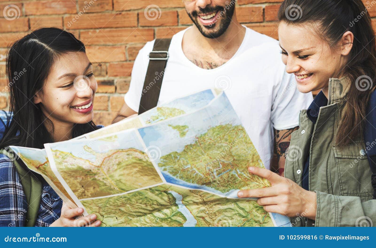 Amigos que verificam o mapa para ver se há sentidos