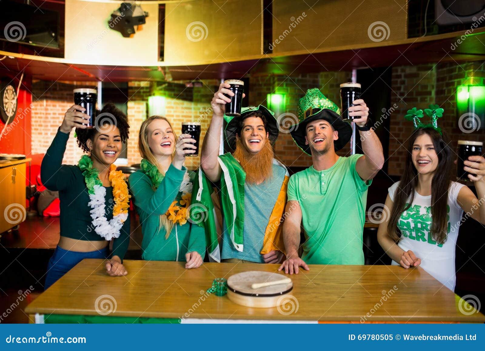 Amigos sonrientes con el accesorio irlandés