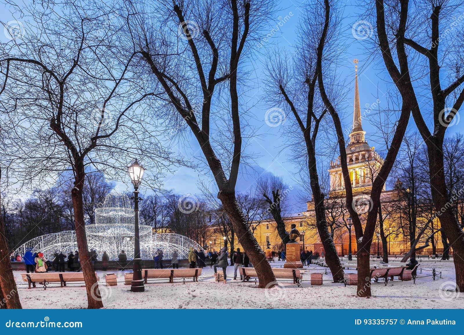 Amiralitetet och Alexander Garden i mitten av St Petersburg,