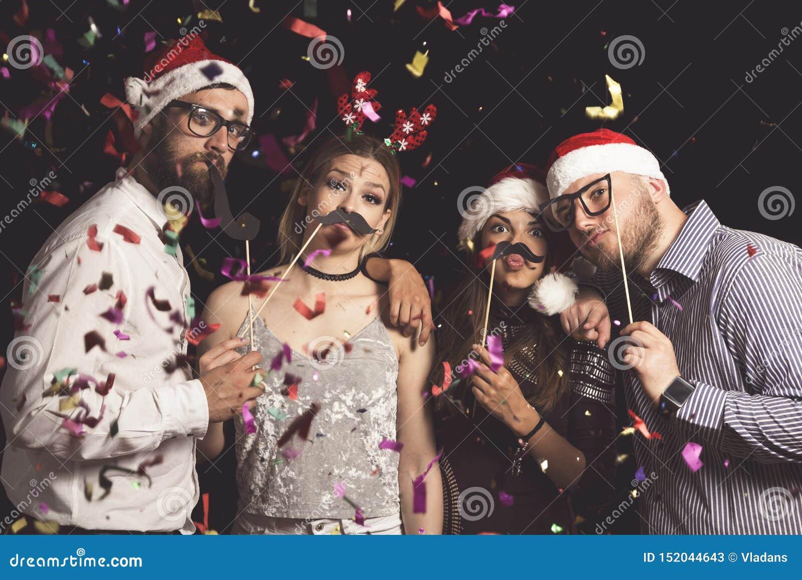 Amis à un bal costumé de nouvelle année