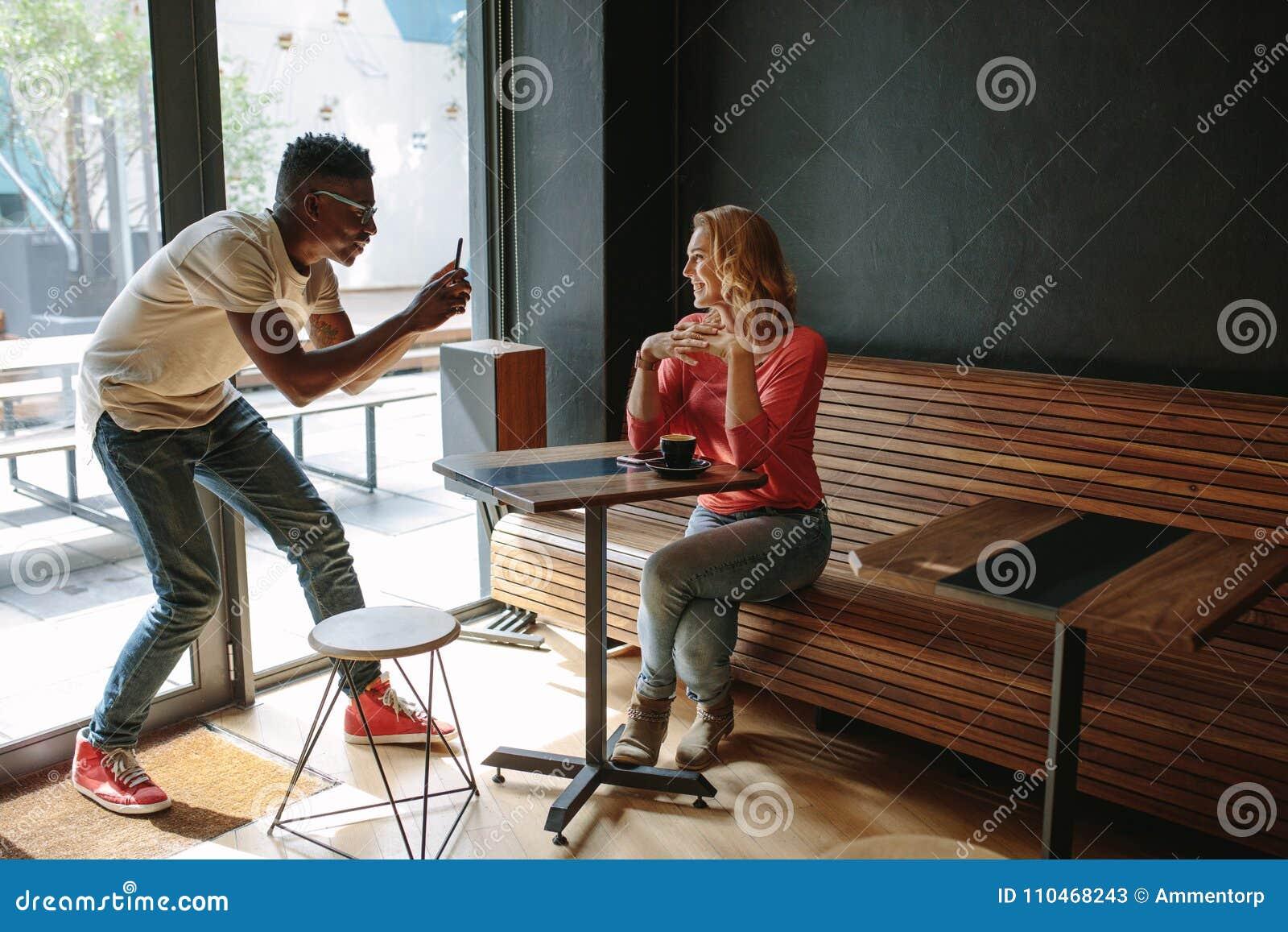 Amis à un café