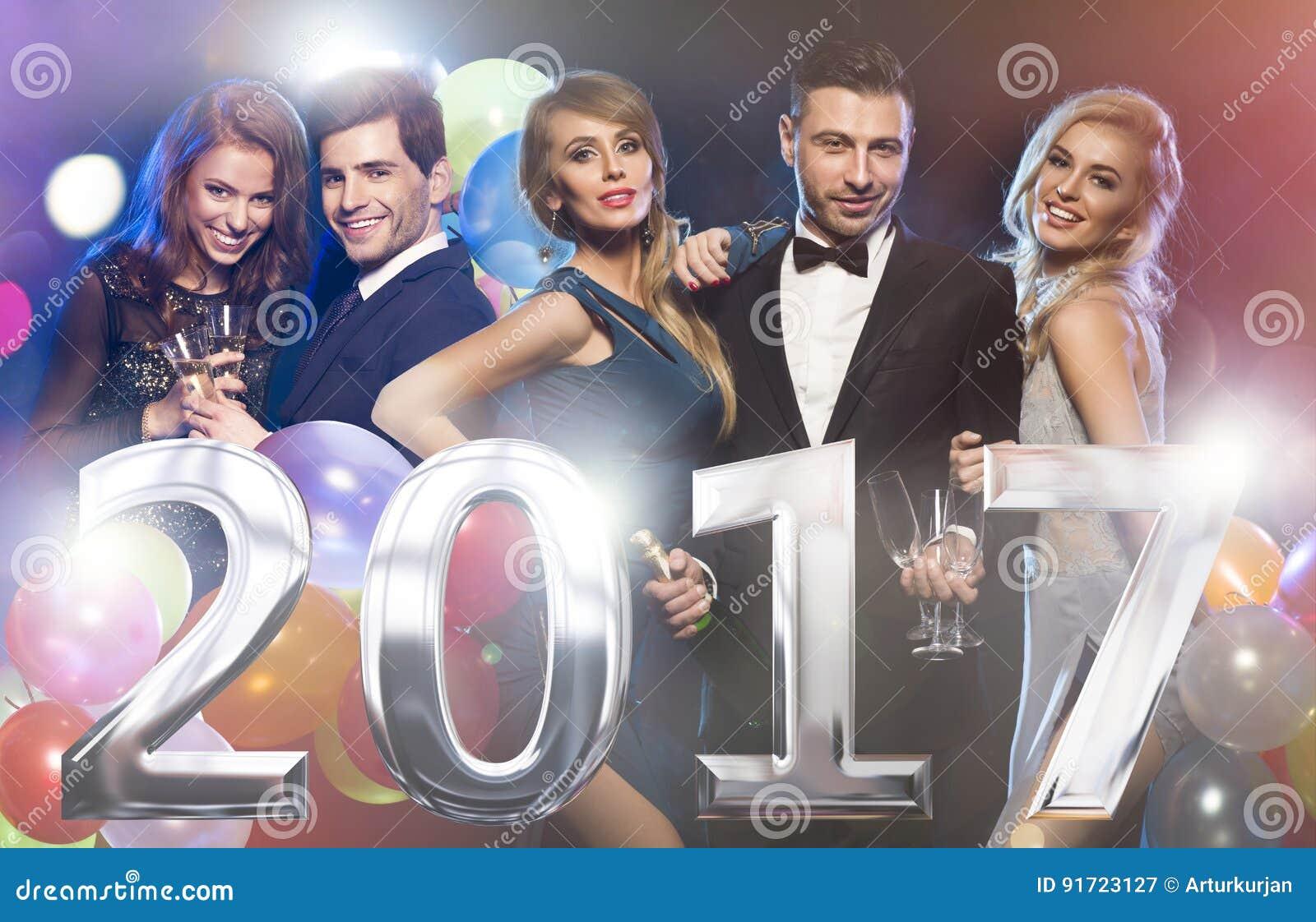 Amis élégants heureux à la veille du ` s de nouvelle année