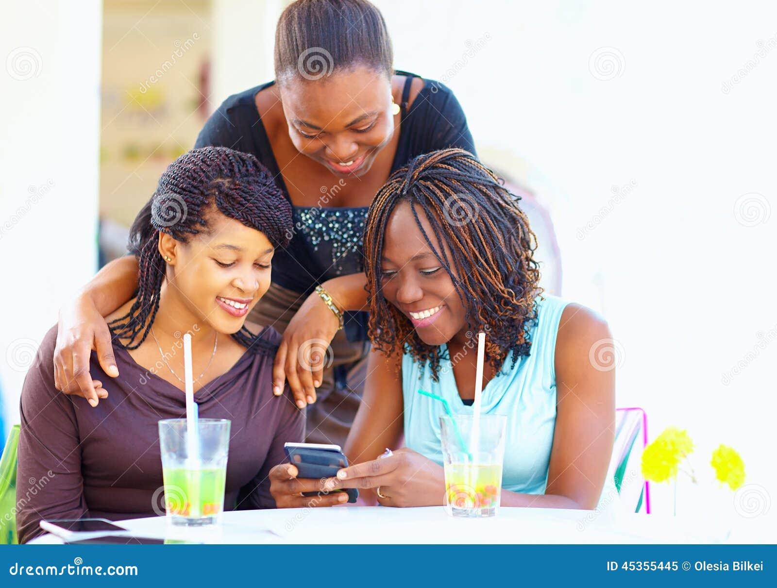 Amis africains heureux causant dans le réseau social