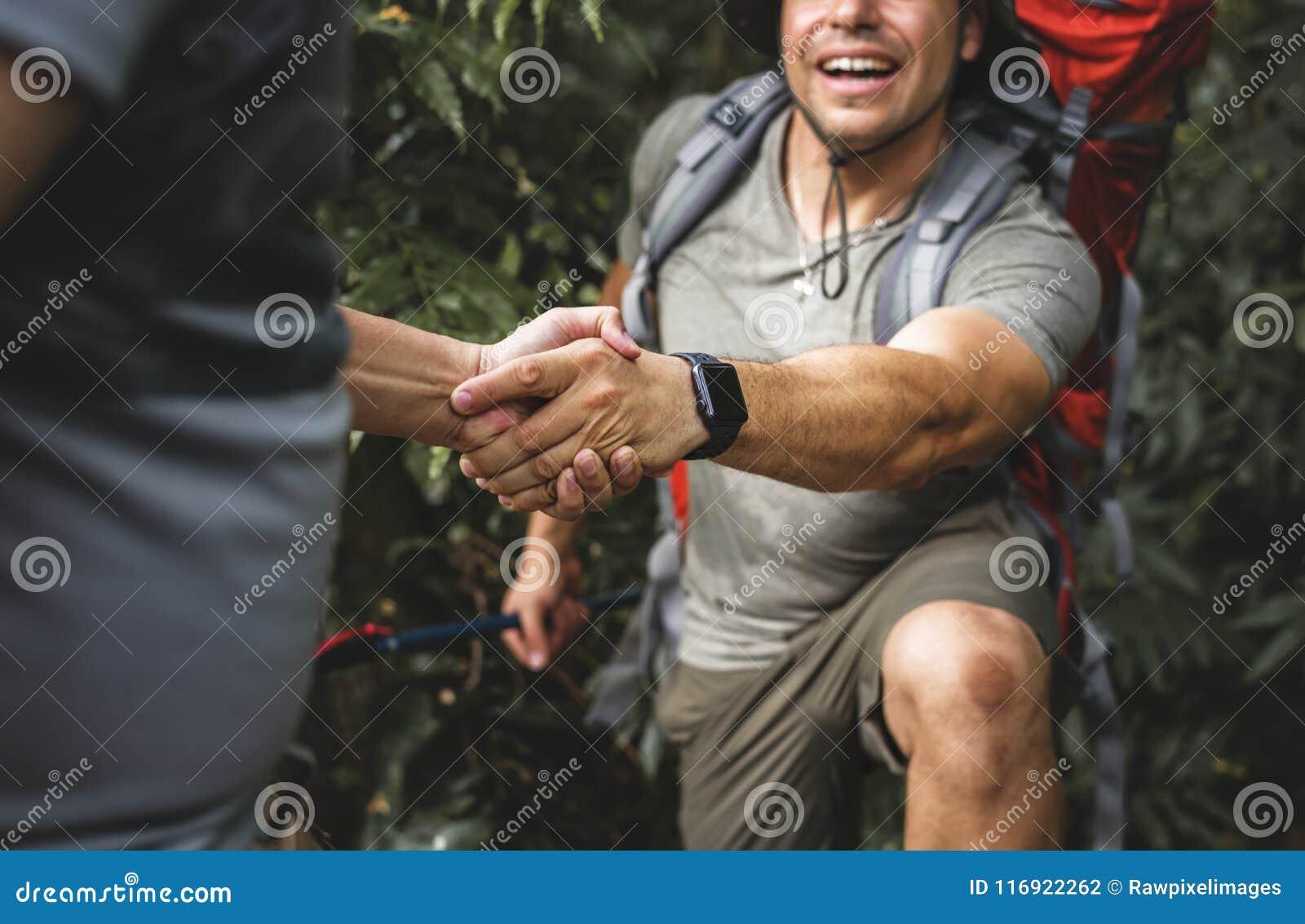 Amis aidant à s élever dans la forêt
