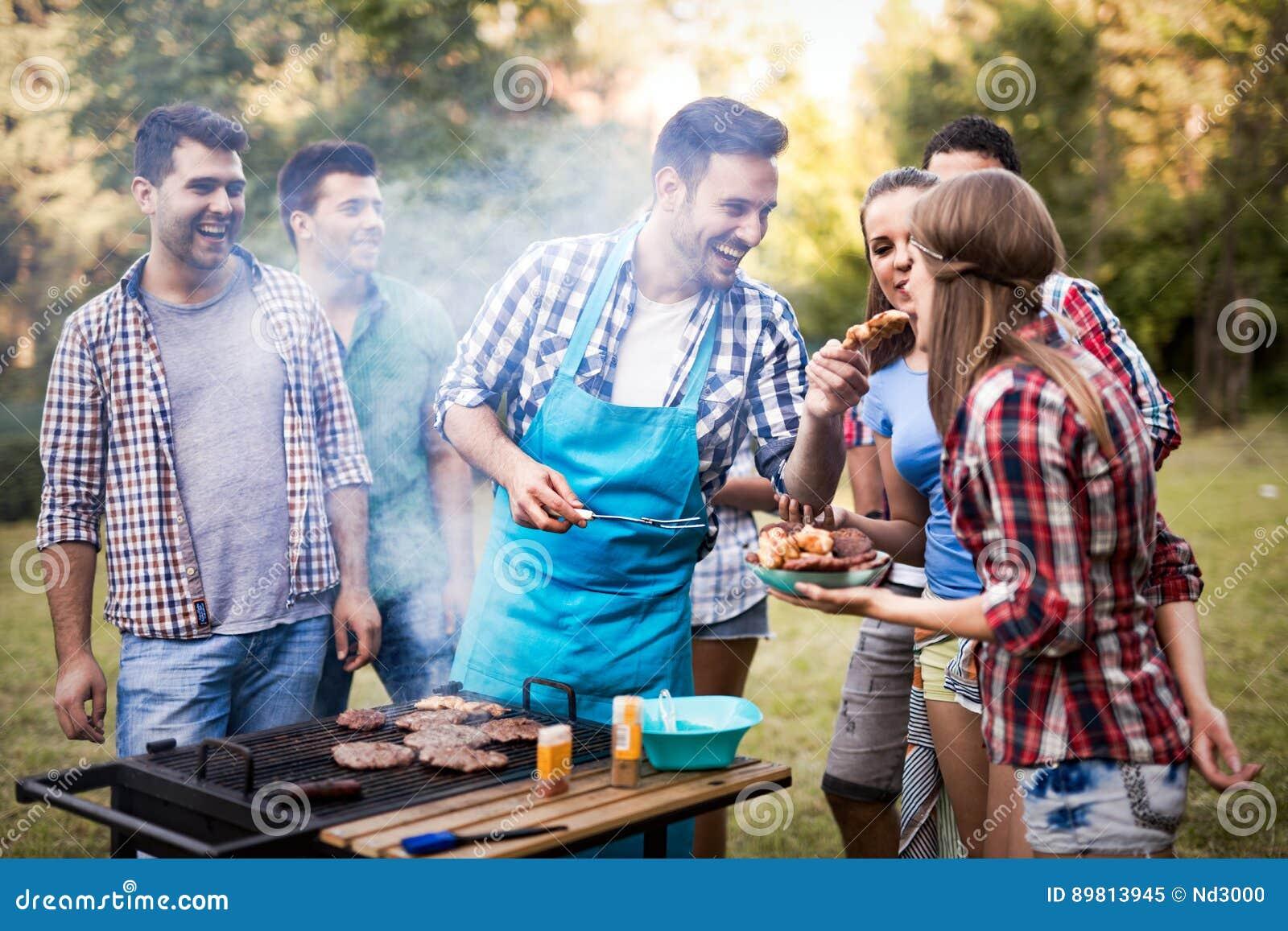 Amis appréciant la partie de BBQ