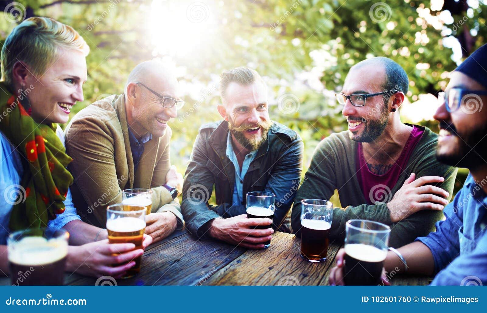 Amis ayant la diversité de bières extérieure
