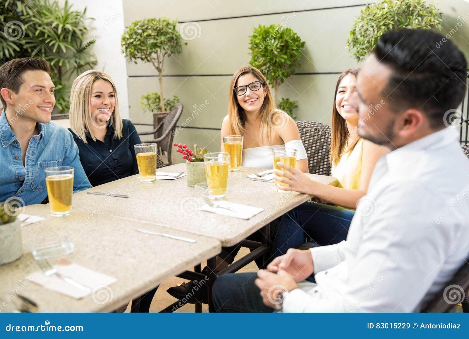 Amis ayant le bon temps dans un restaurant