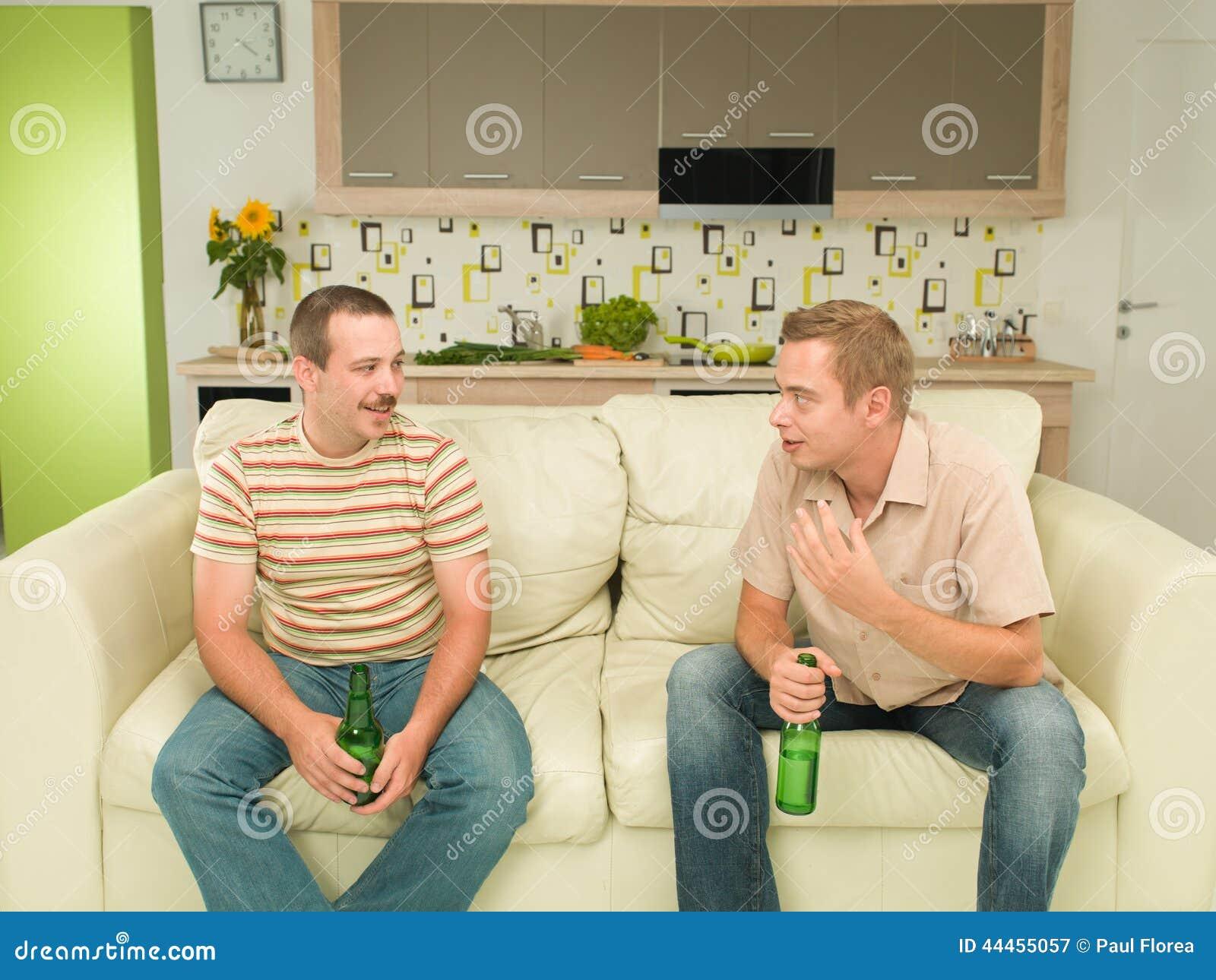 Amis ayant une conversation