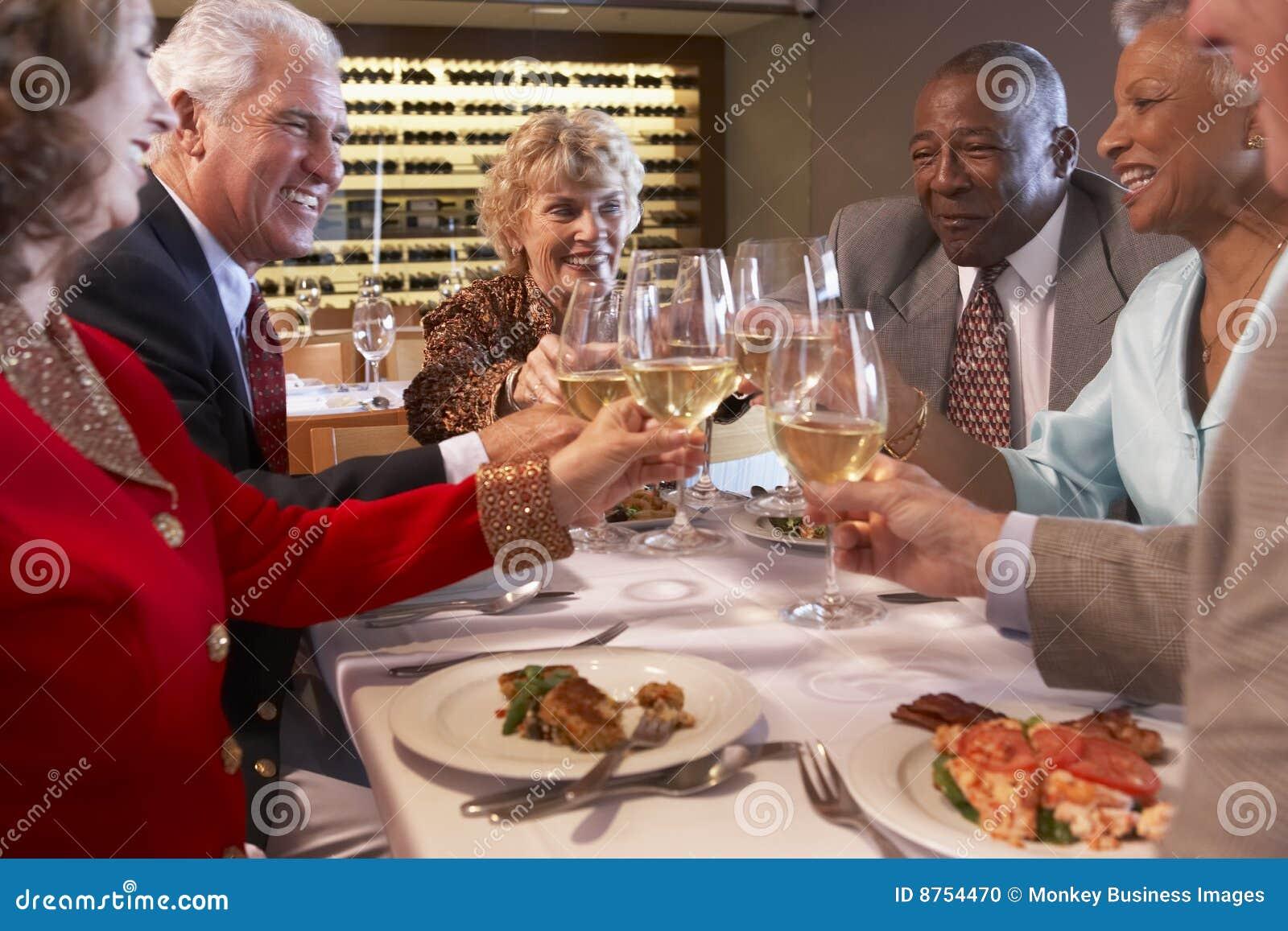 Amis dînant à un restaurant