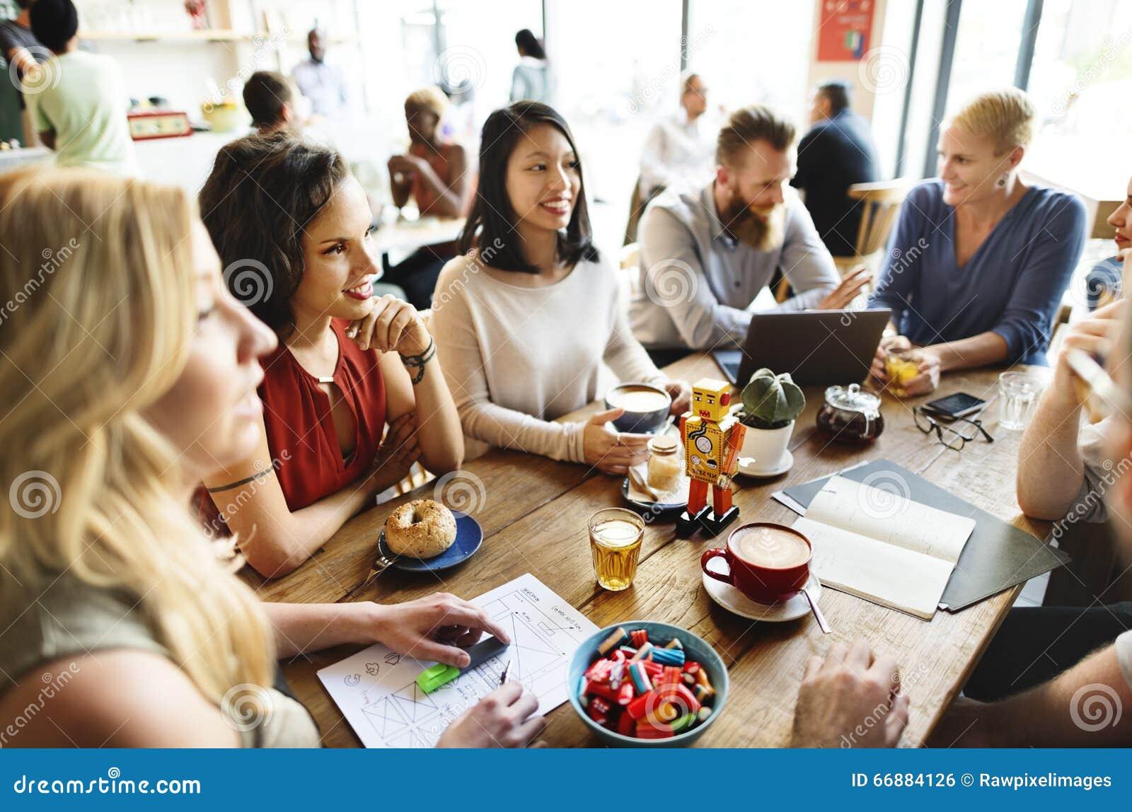 Amis de diversité rencontrant le concept de séance de réflexion de café