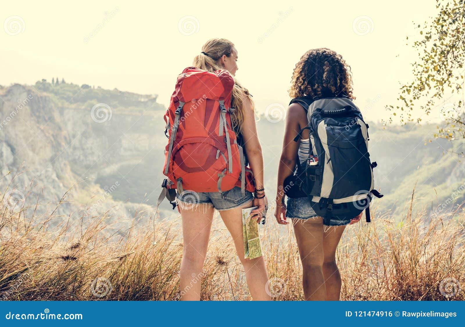 Amis de jeunes femmes voyageant ensemble