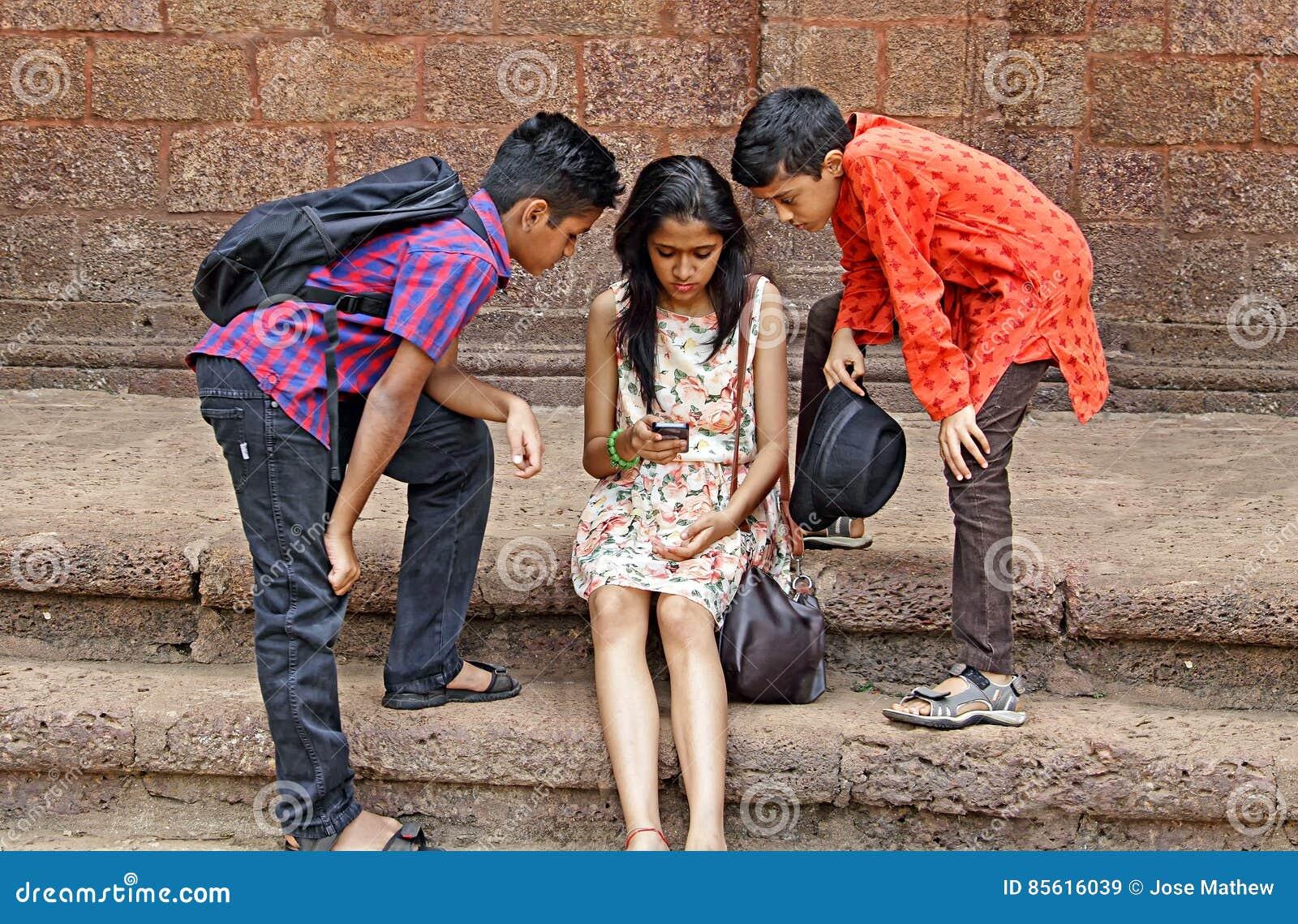 Amis de l adolescence observant profondément Smartphone