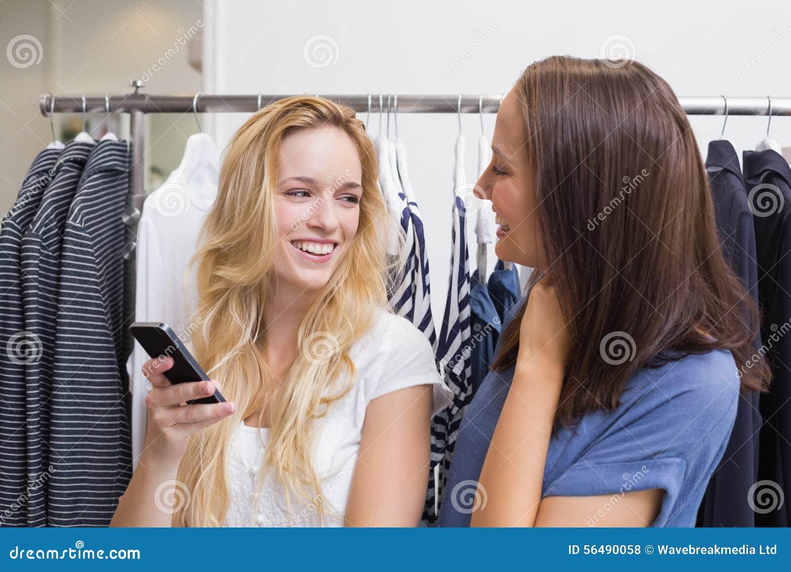 Amis de sourire heureux riant ensemble
