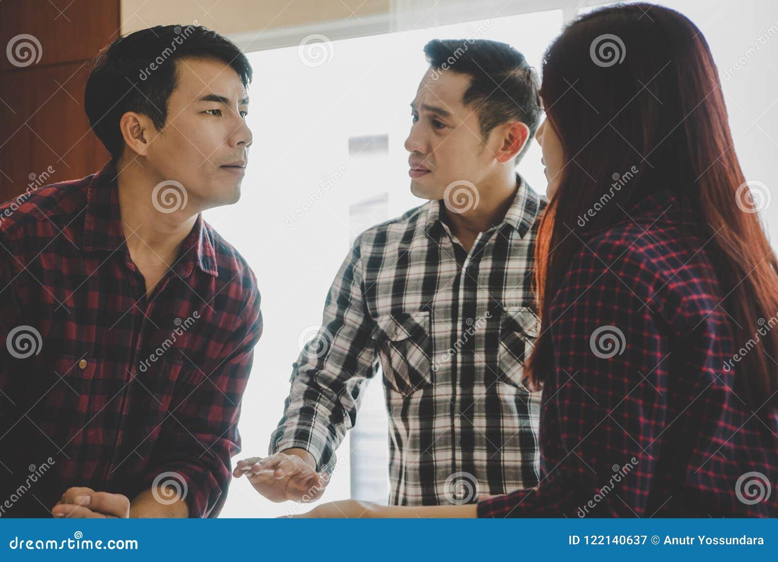 Amis essayant d arrêter des couples de se combattre