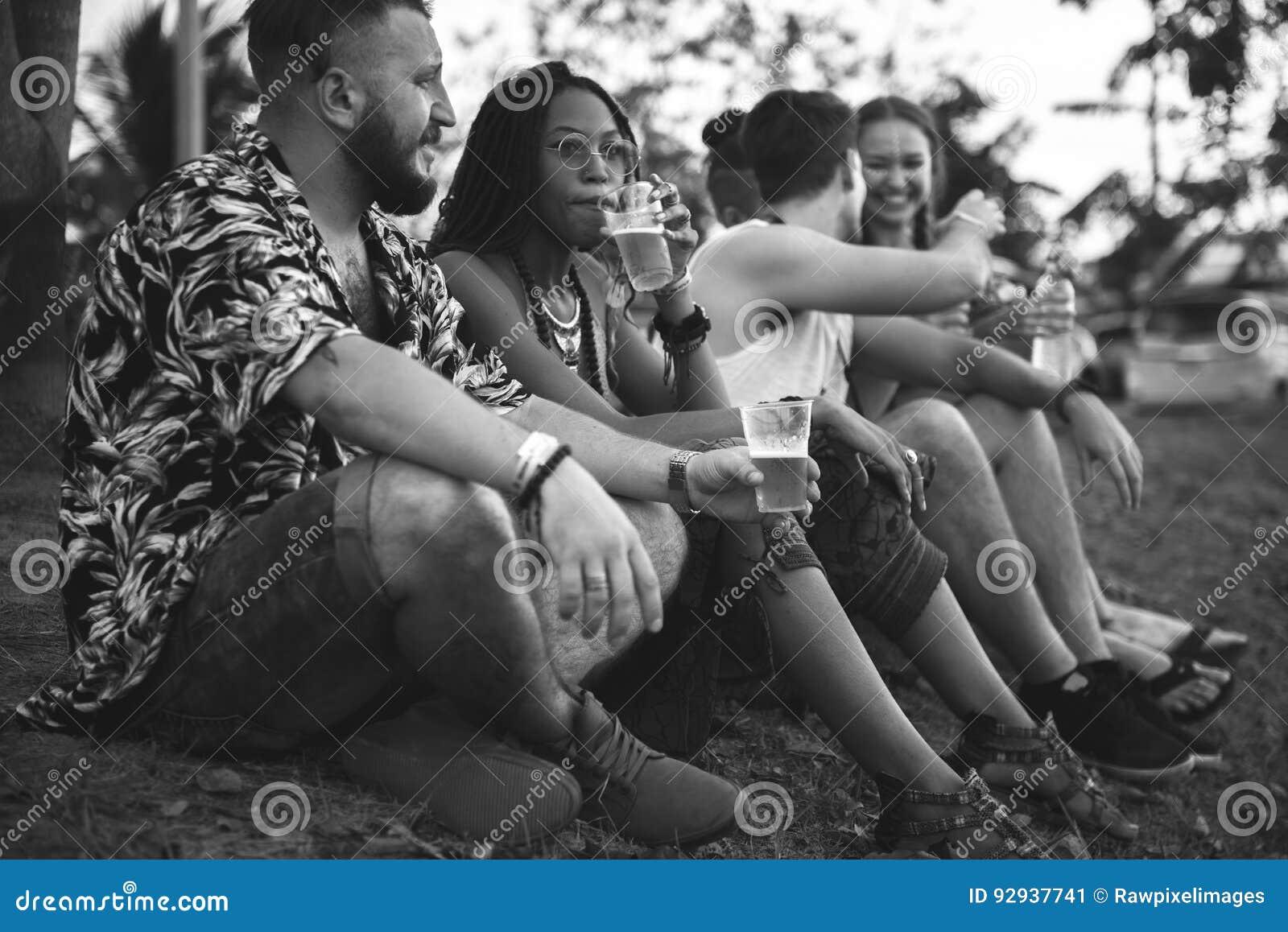 Amis et bières appréciant le festival de musique ensemble