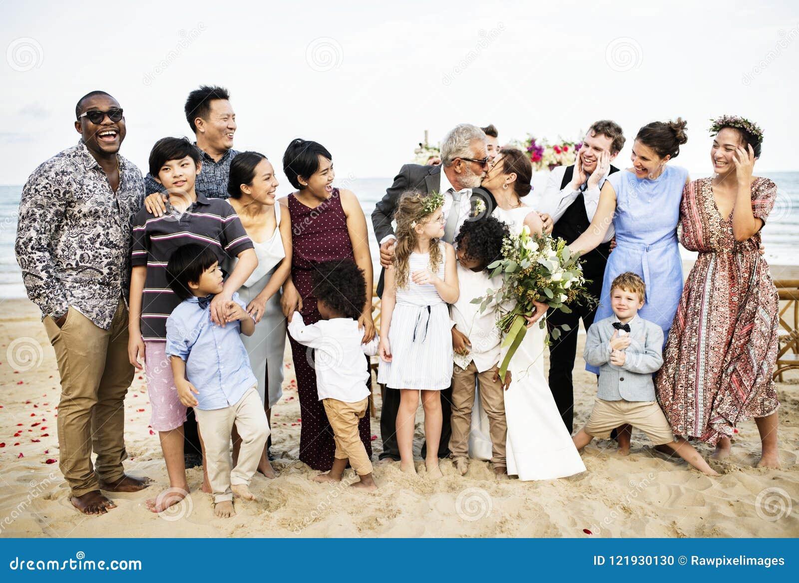 Amis et famille heureux à une noce