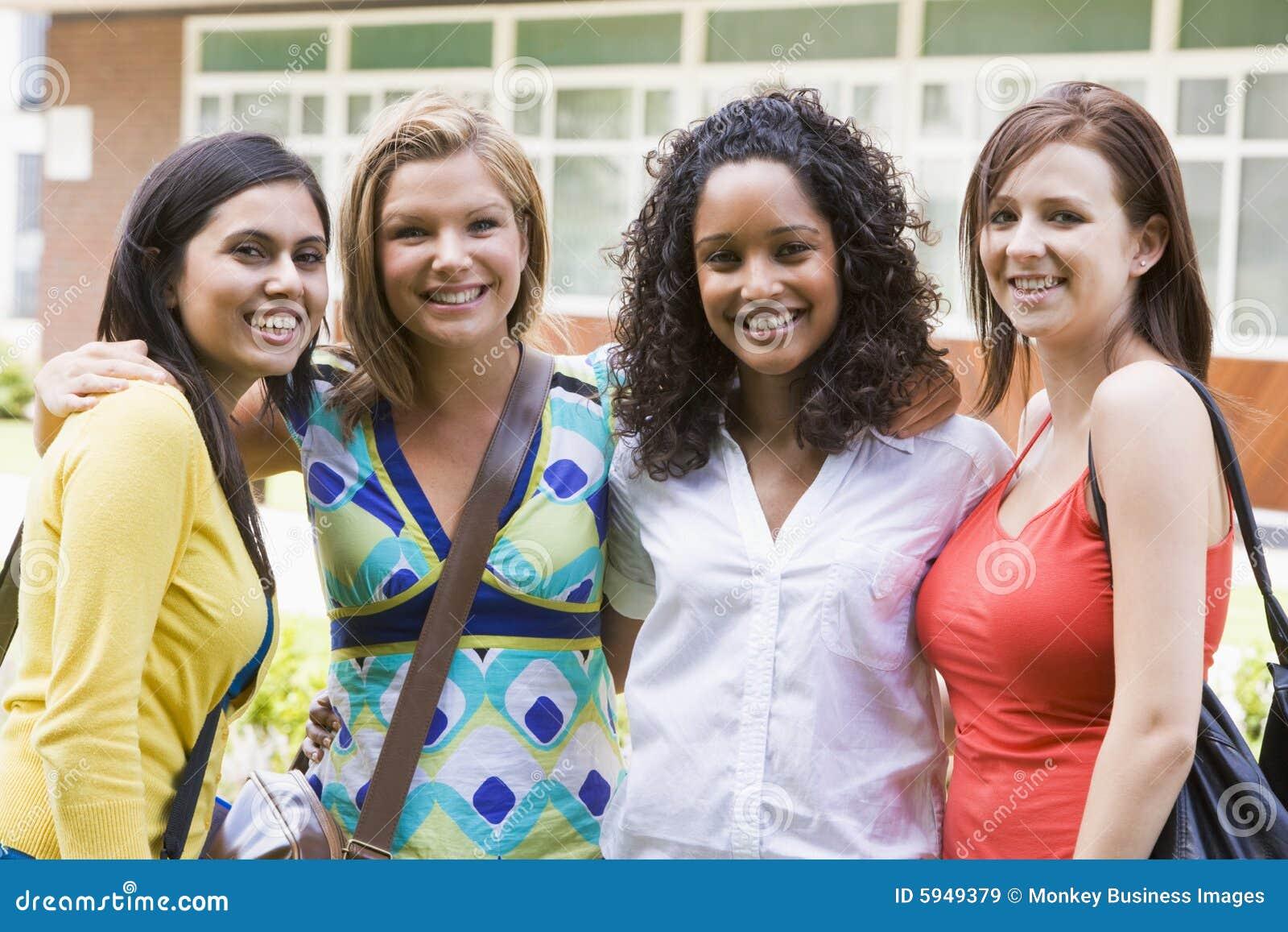 Amis féminins d université sur le campus