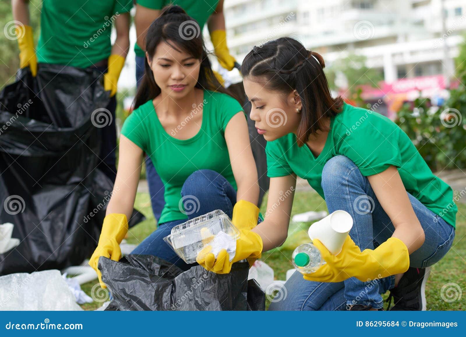 Amis féminins prenant des déchets de ménage
