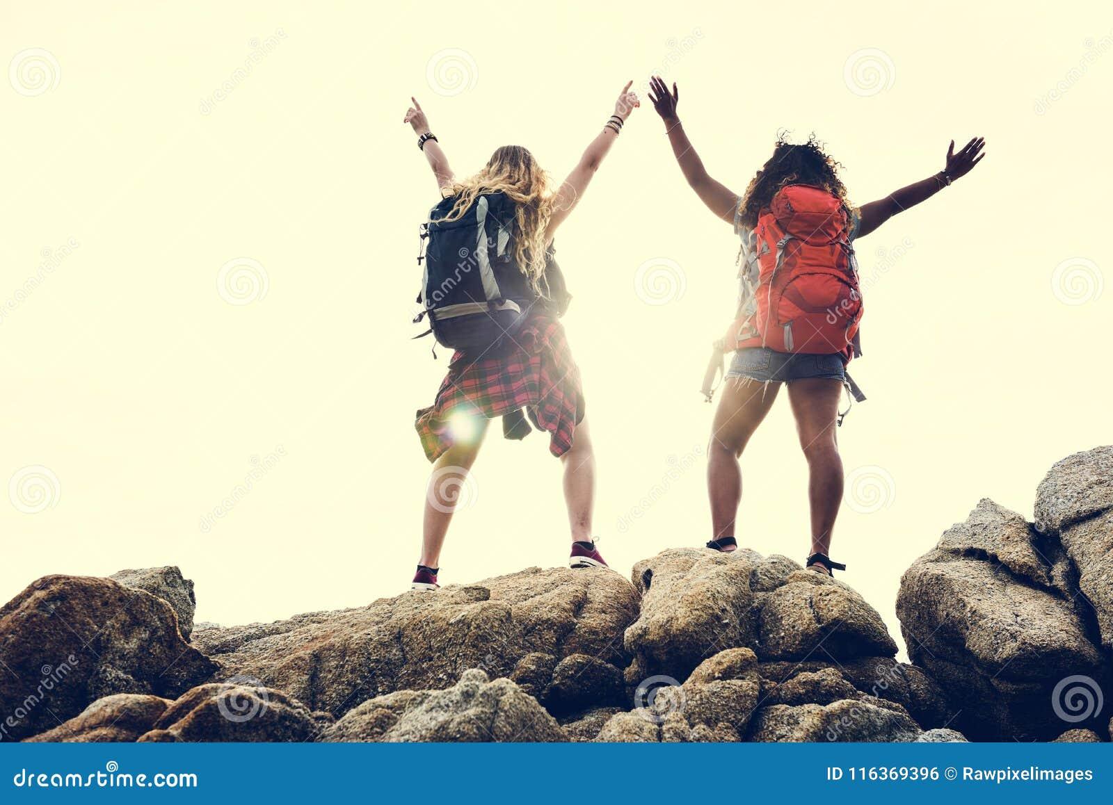 Amis féminins voyageant ensemble dans l excitation