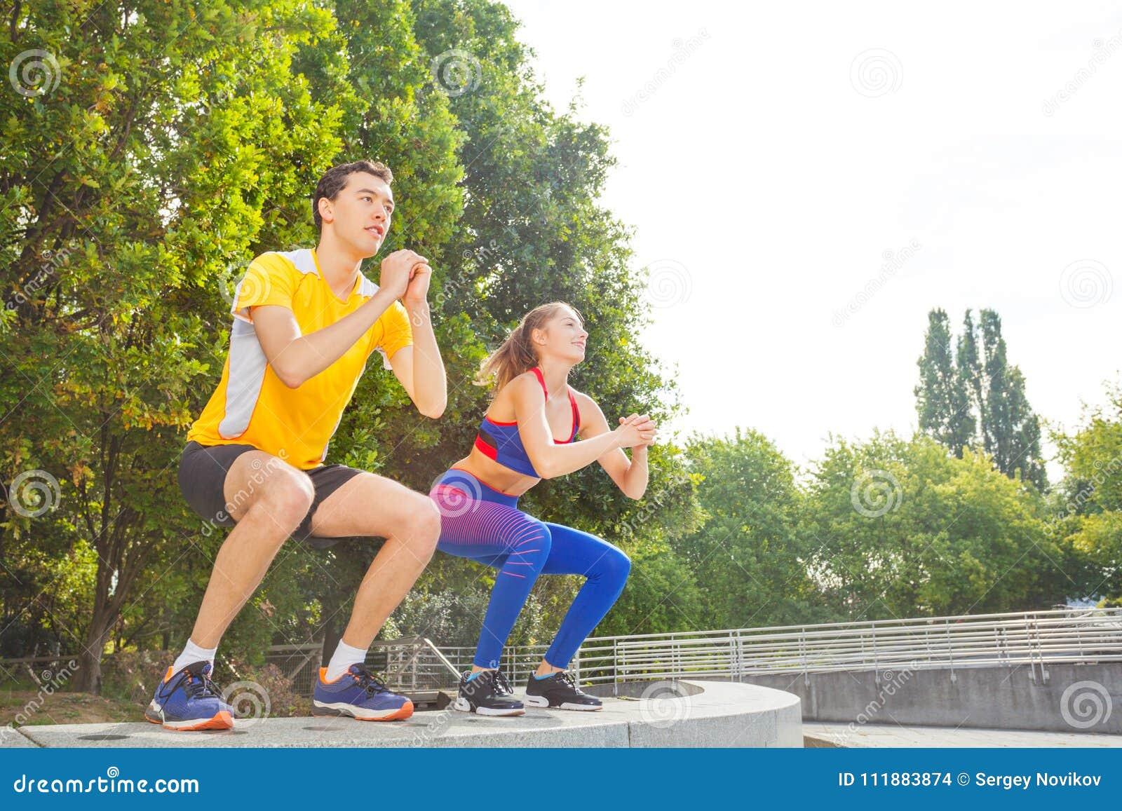Amis faisant l exercice de saut pendant le train de crossfit