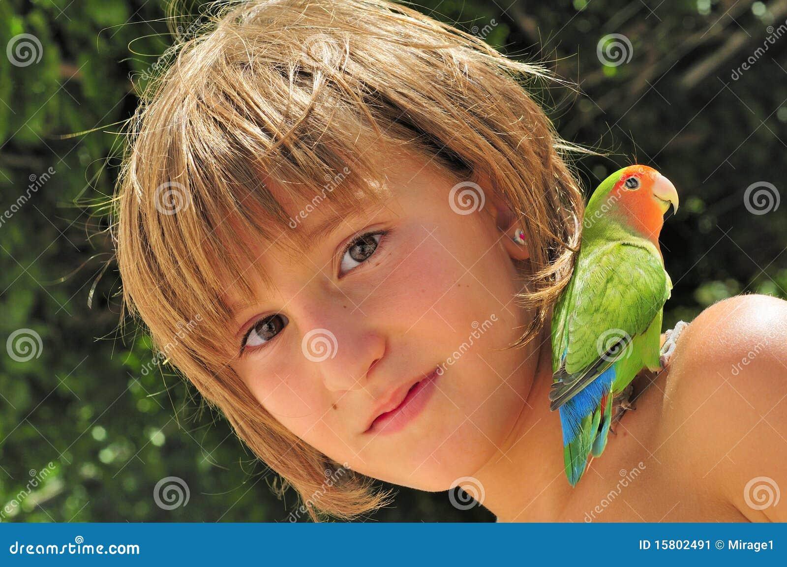 Amis - fille avec le Parakeet