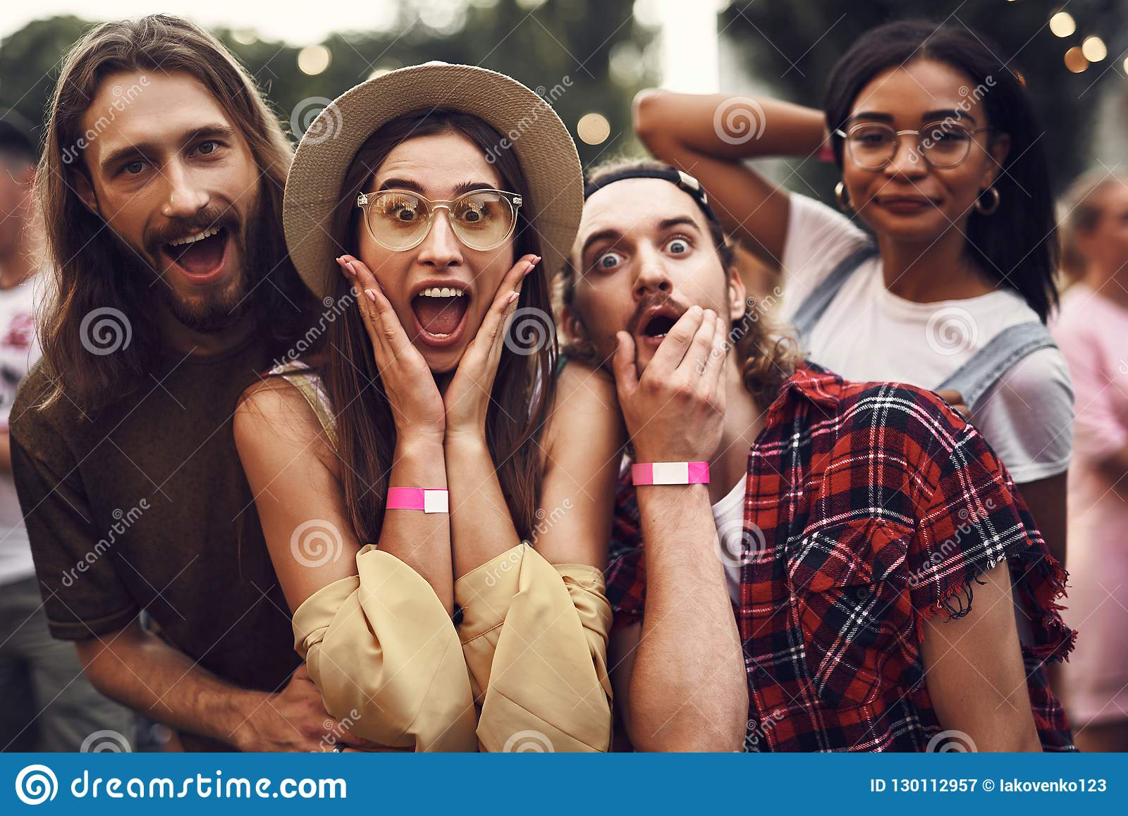 Amis gais de hippie ayant l amusement tout en passant le temps dehors