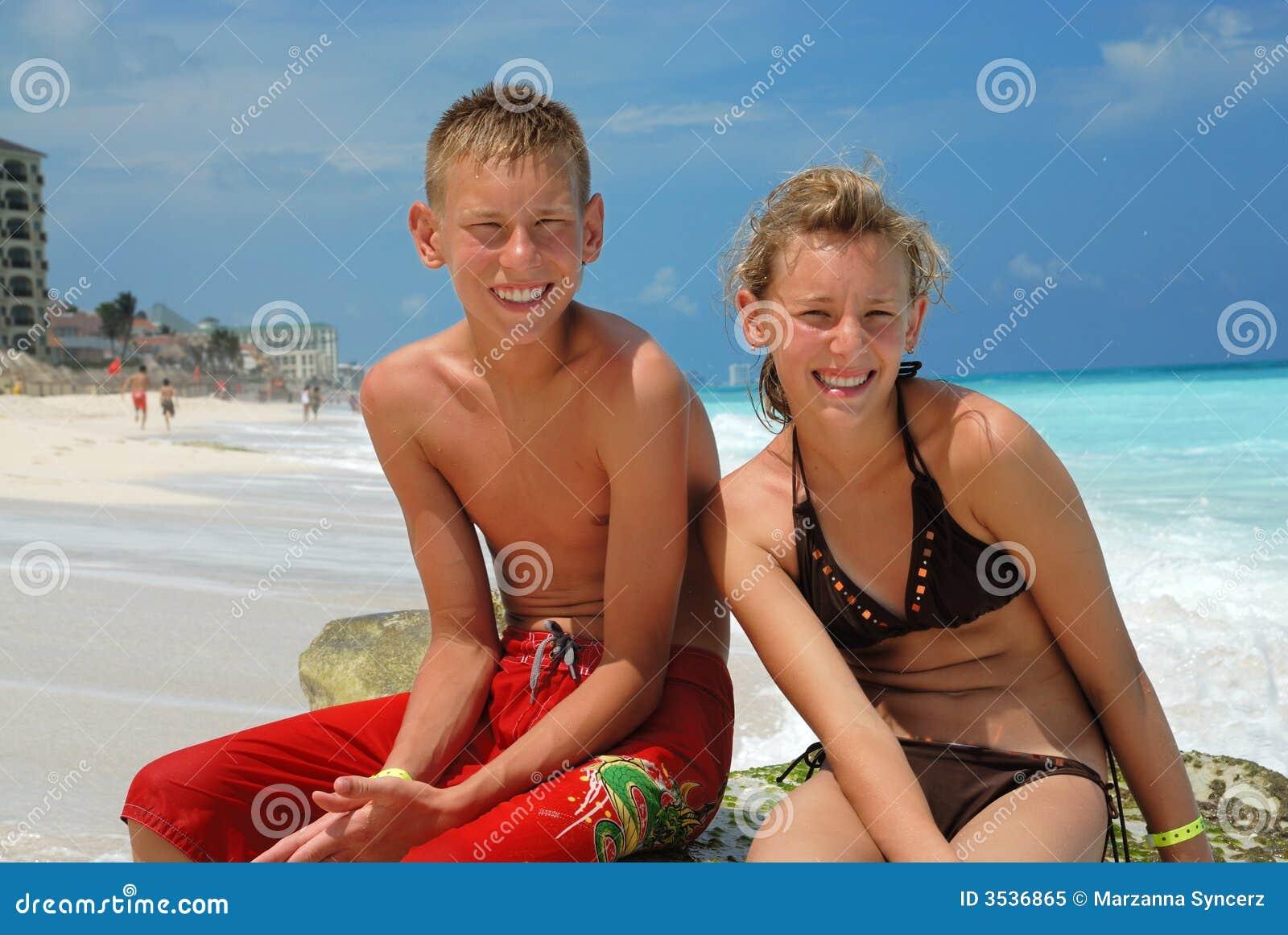 Amis heureux à la plage