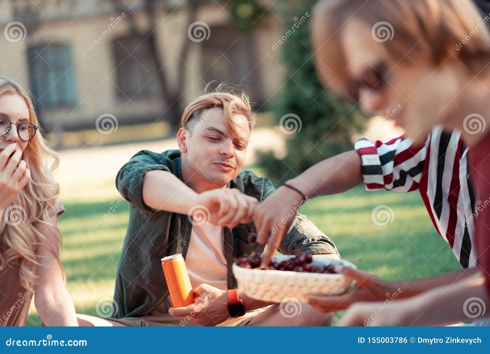 Amis heureux appréciant l été pendant leur pique-nique