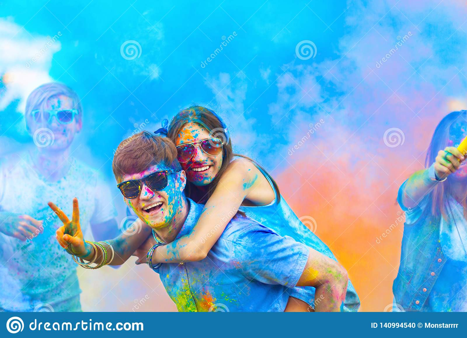 Amis heureux célébrant le festival heureux de vacances de holi