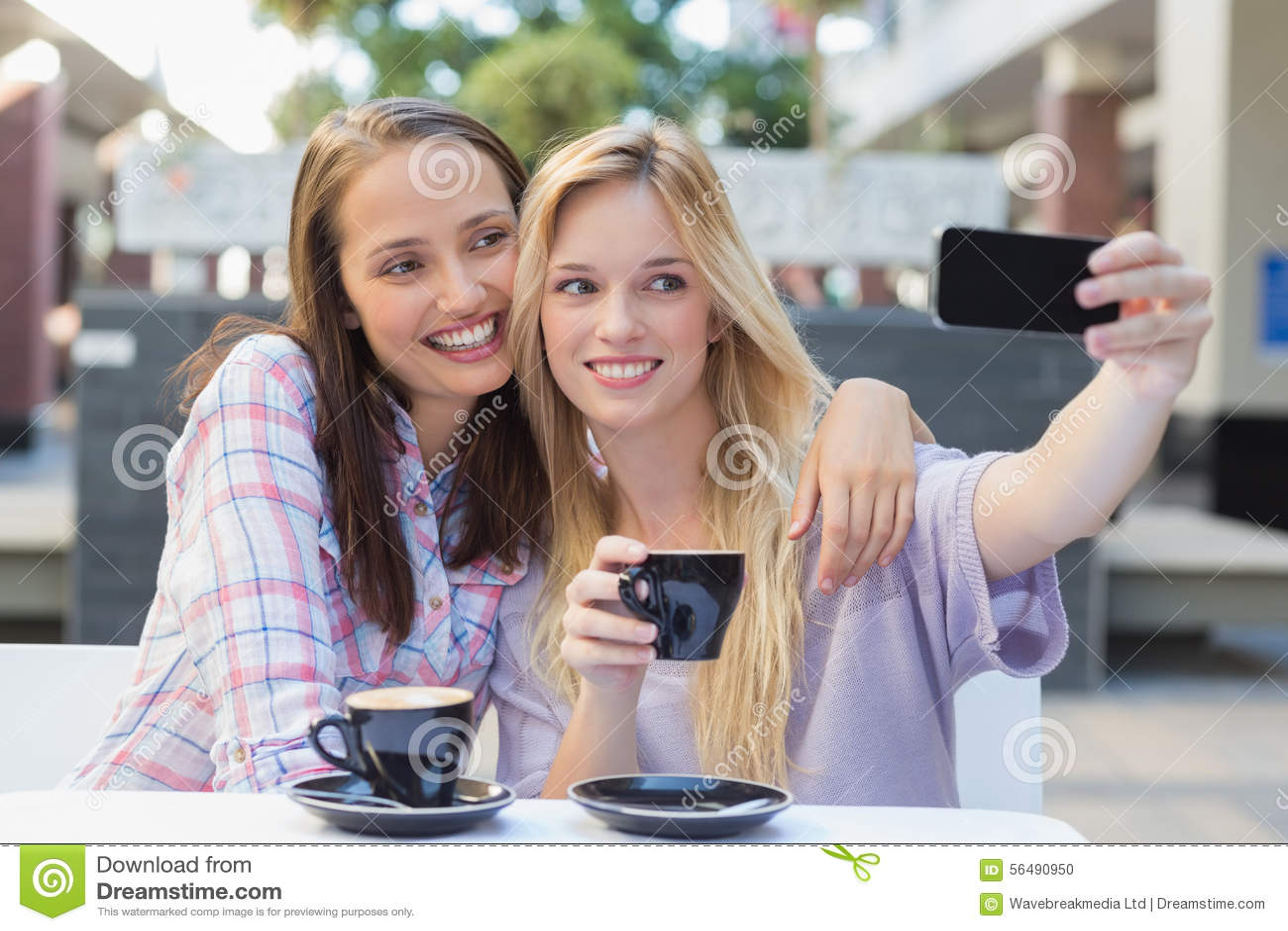 Amis heureux de femmes prenant un selfie