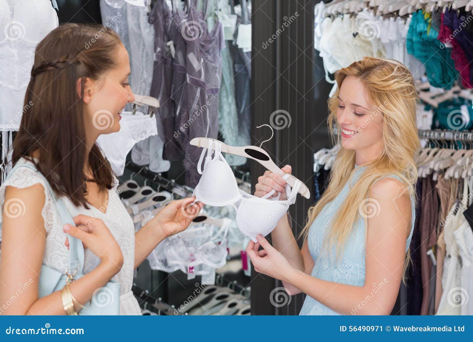 Amis heureux de femmes tenant la lingerie