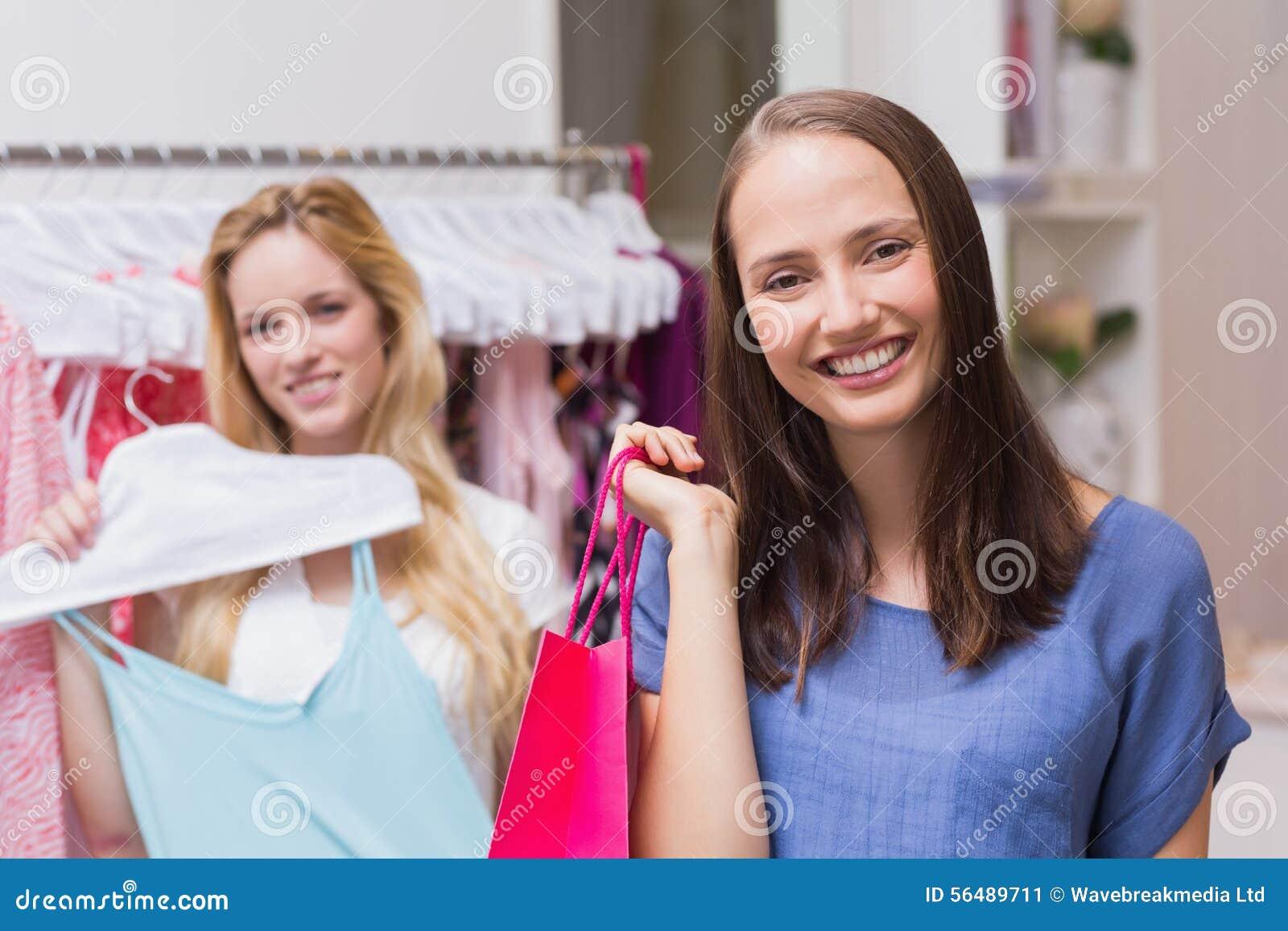 Amis heureux faisant l achat ensemble