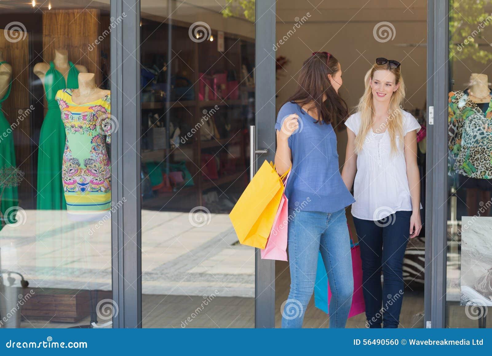 Amis heureux omettant un magasin d habillement