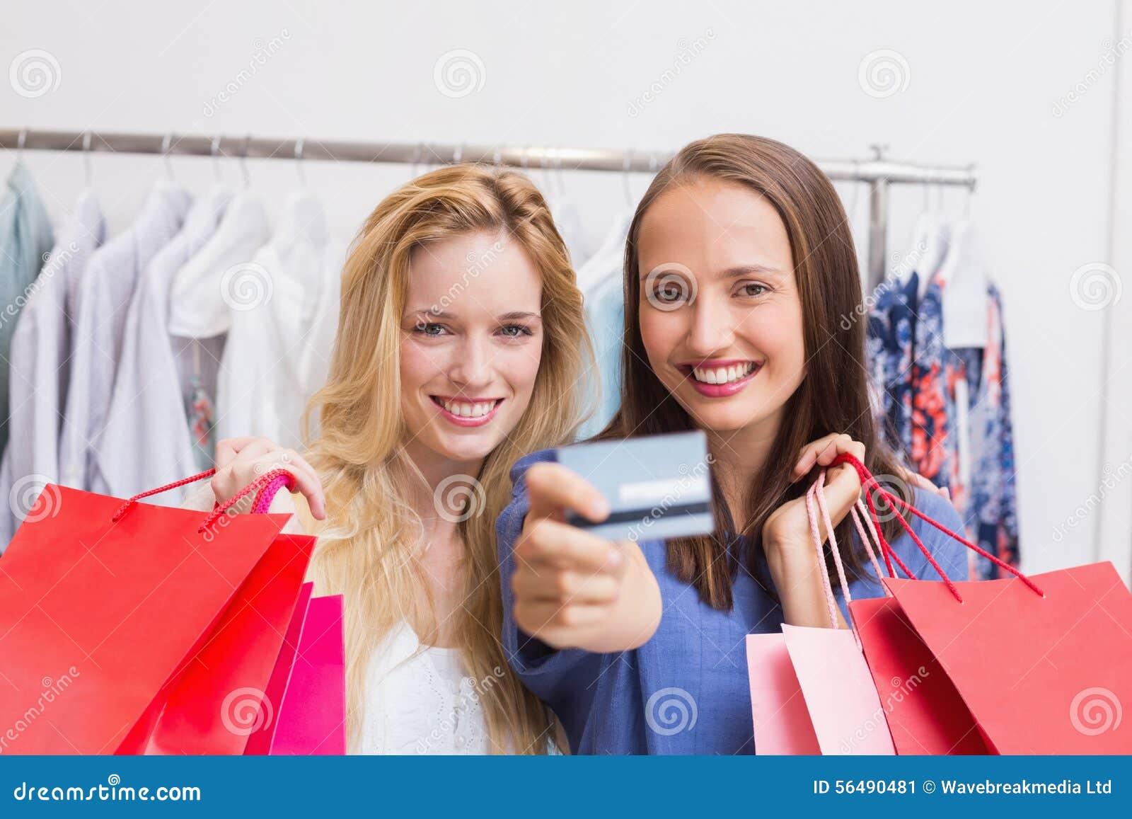 Amis heureux remettant une carte de crédit