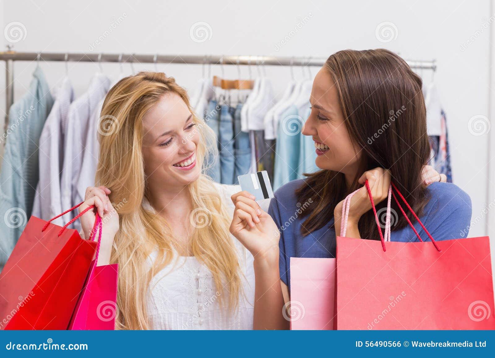 Amis heureux tenant une carte de crédit