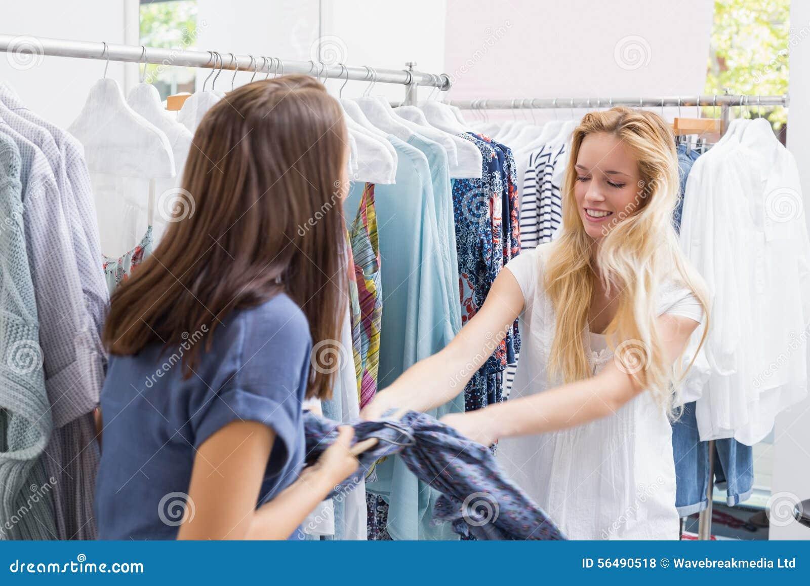 Amis se luttant pour une robe