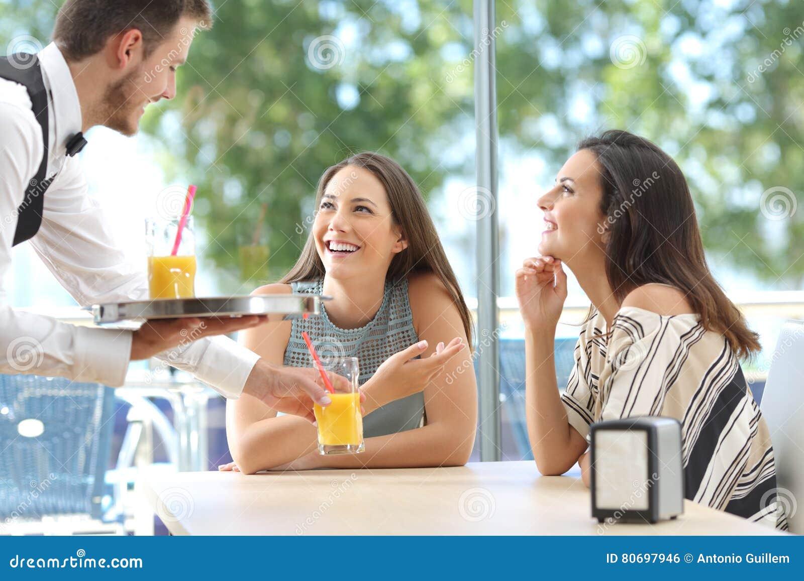 Amis se réunissant dans une barre avec une portion de serveur