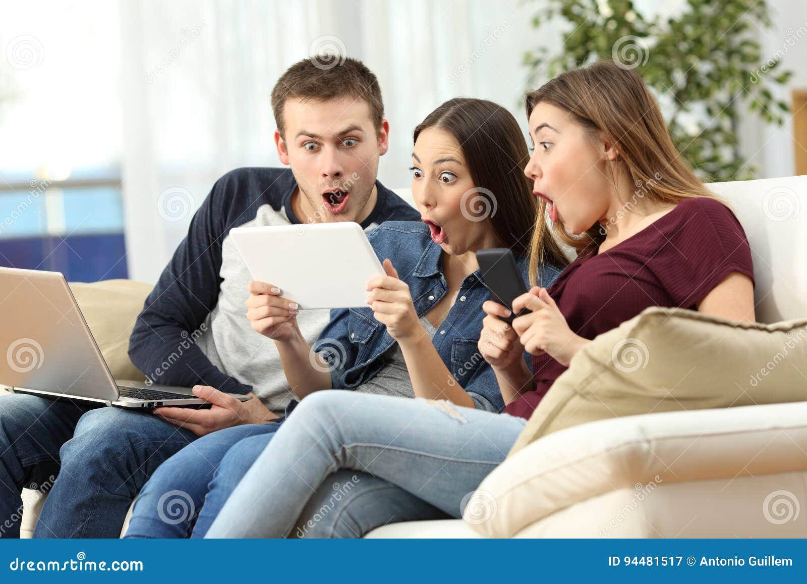 Amis stupéfaits sur la ligne avec les dispositifs multiples
