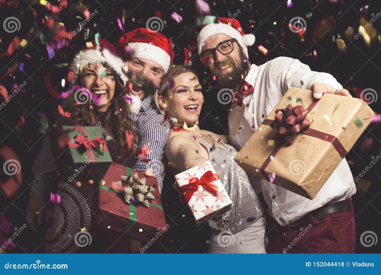 Amis tenant des cadeaux de Noël
