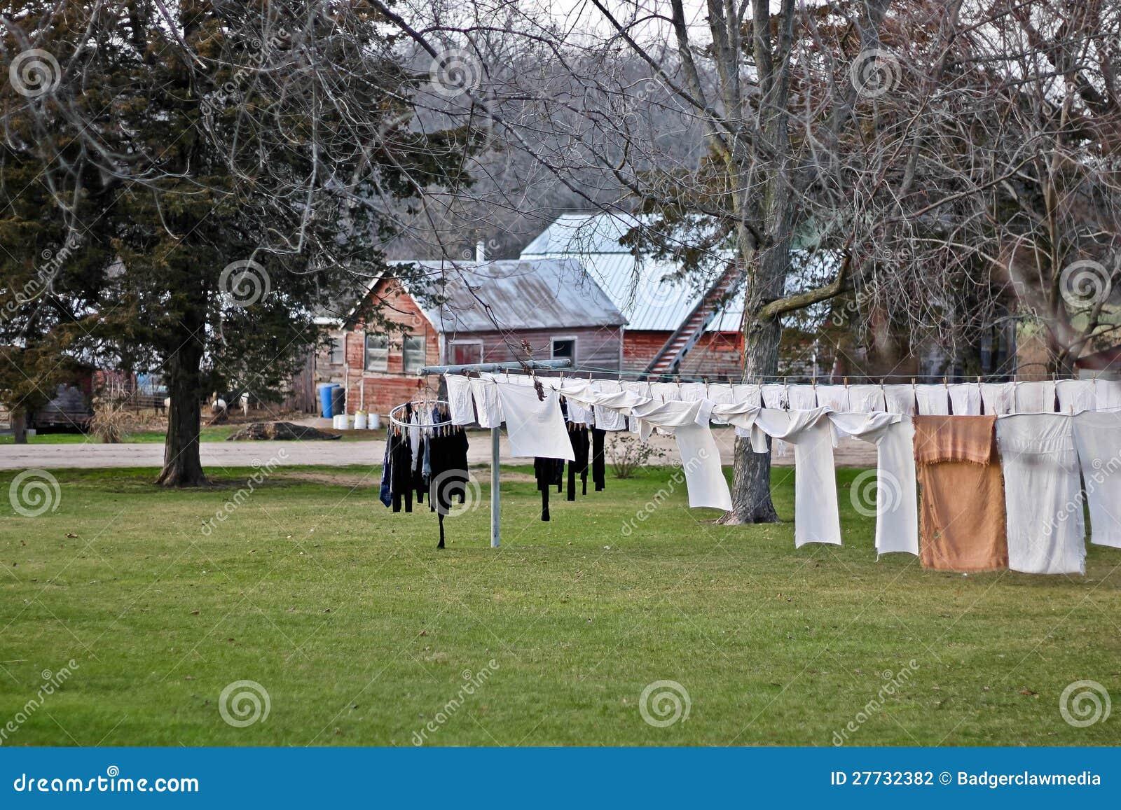 Amische Kleidung aufgereiht über einer Kleidungzeile.