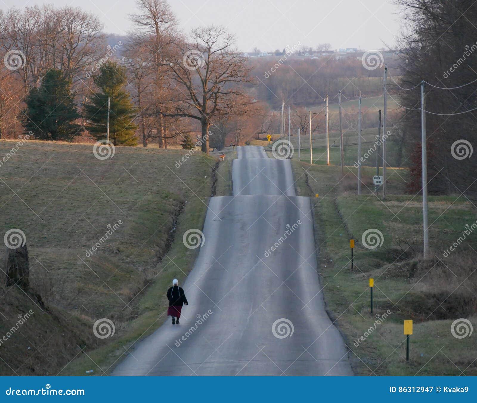 Amish kobieta na falistej drodze