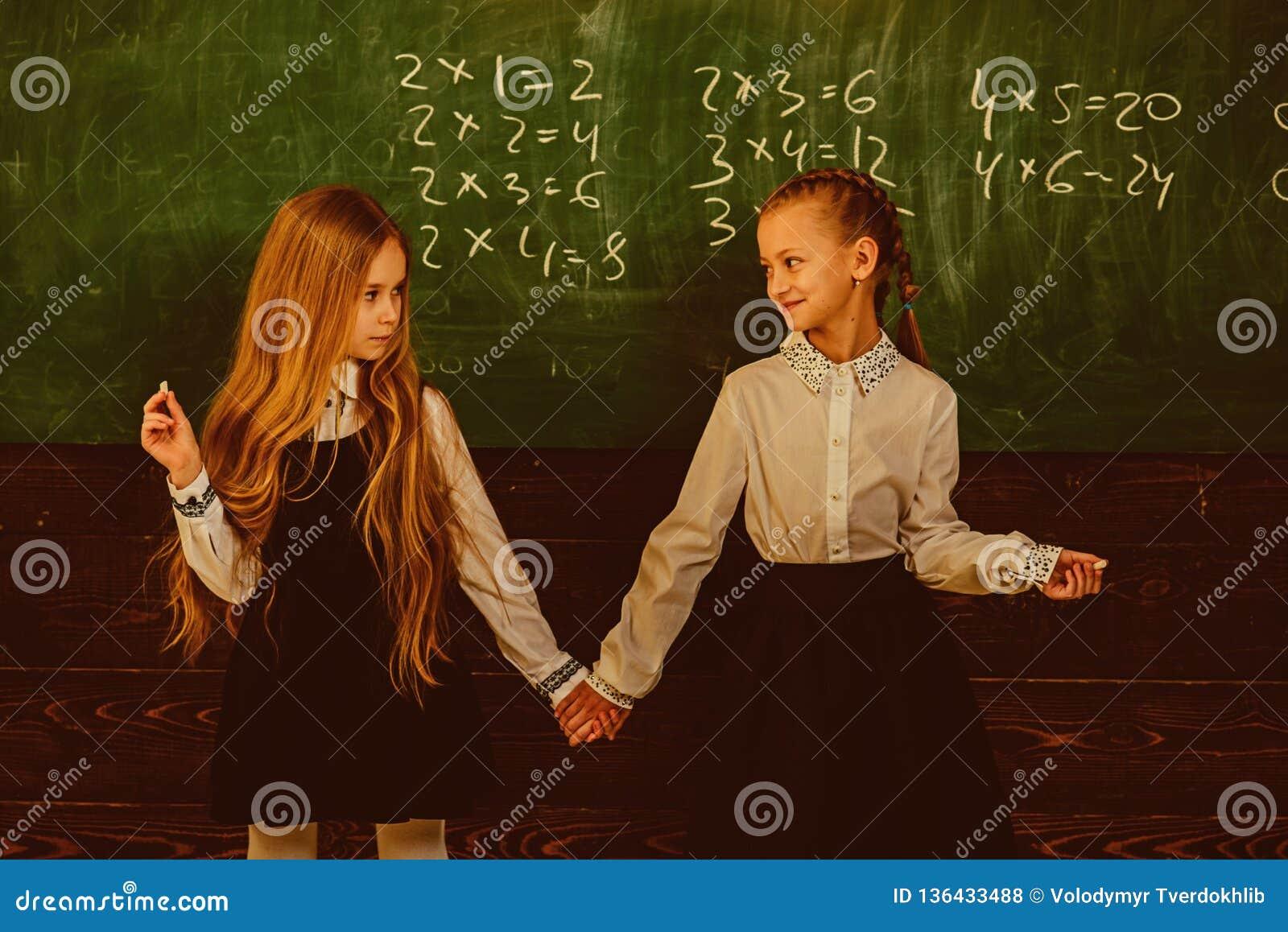 Amitié amitié de deux filles d école Concept d amitié relations d amitié de petites filles à l école travail
