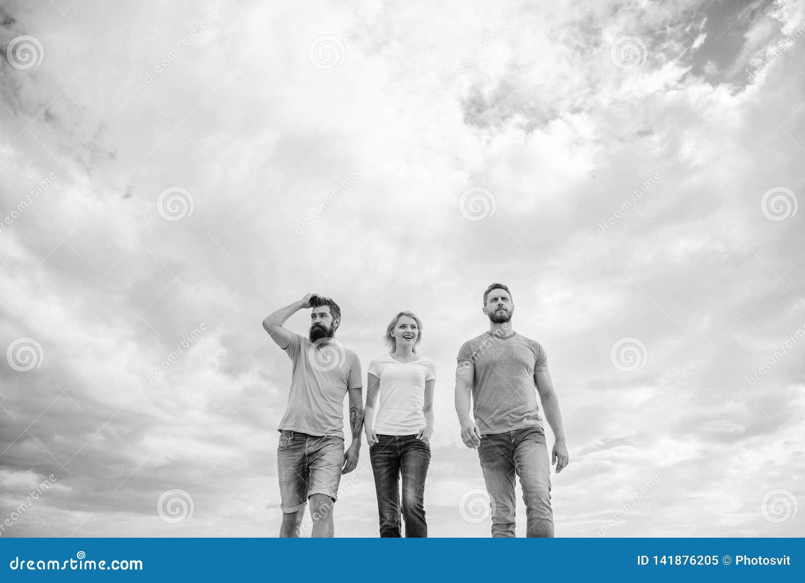A amizade verdadeira cresce com obstáculos do destino Amigos verdadeiros unidos do threesome Maneira longa da calha movente Keep