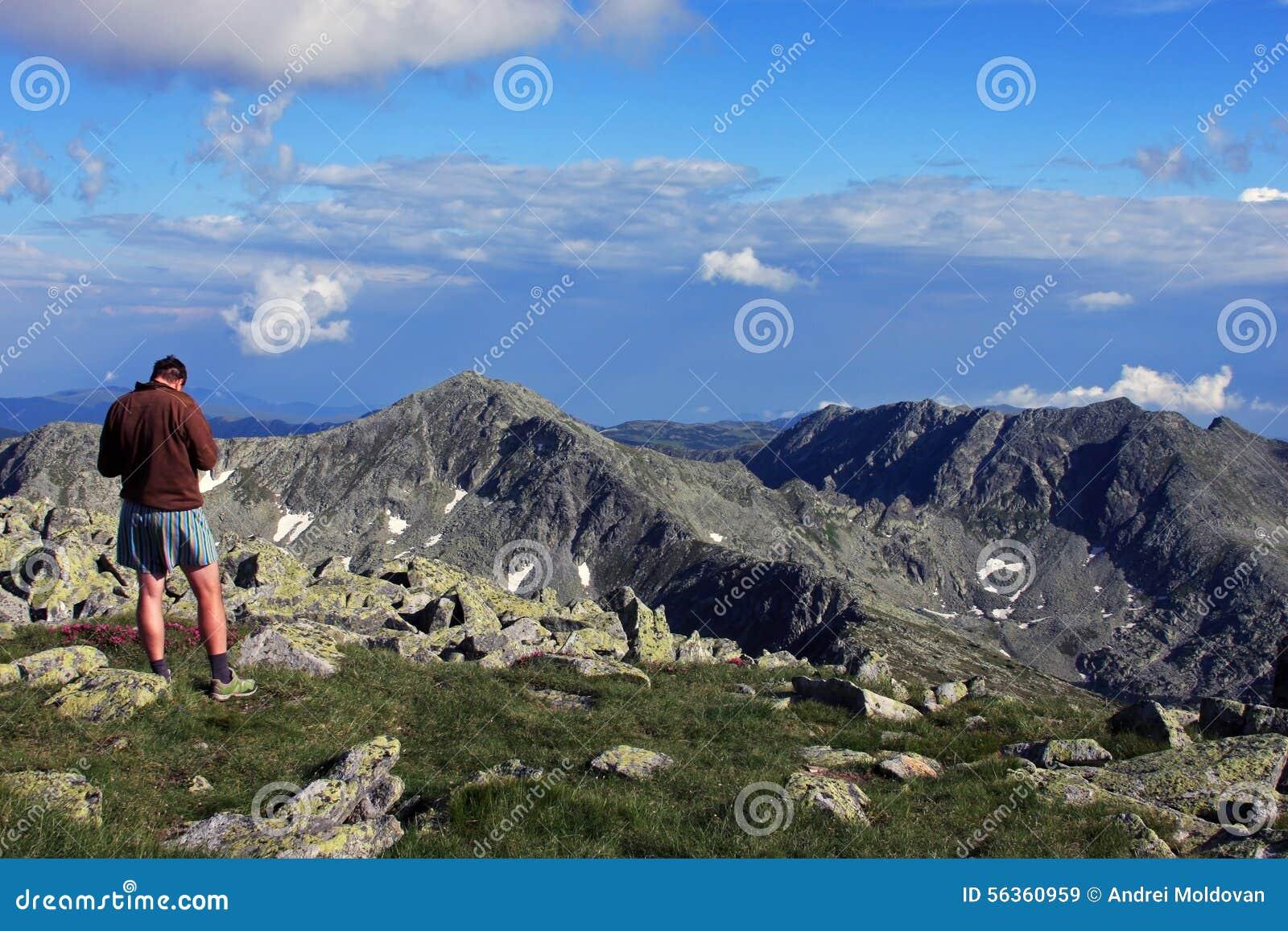 Ammirare la vista dalla cima della montagna immagine stock for Planimetrie vista montagna