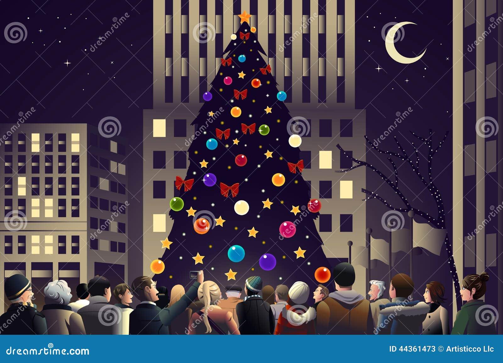 Ammucchi nella città vicino al grande albero di Natale acceso