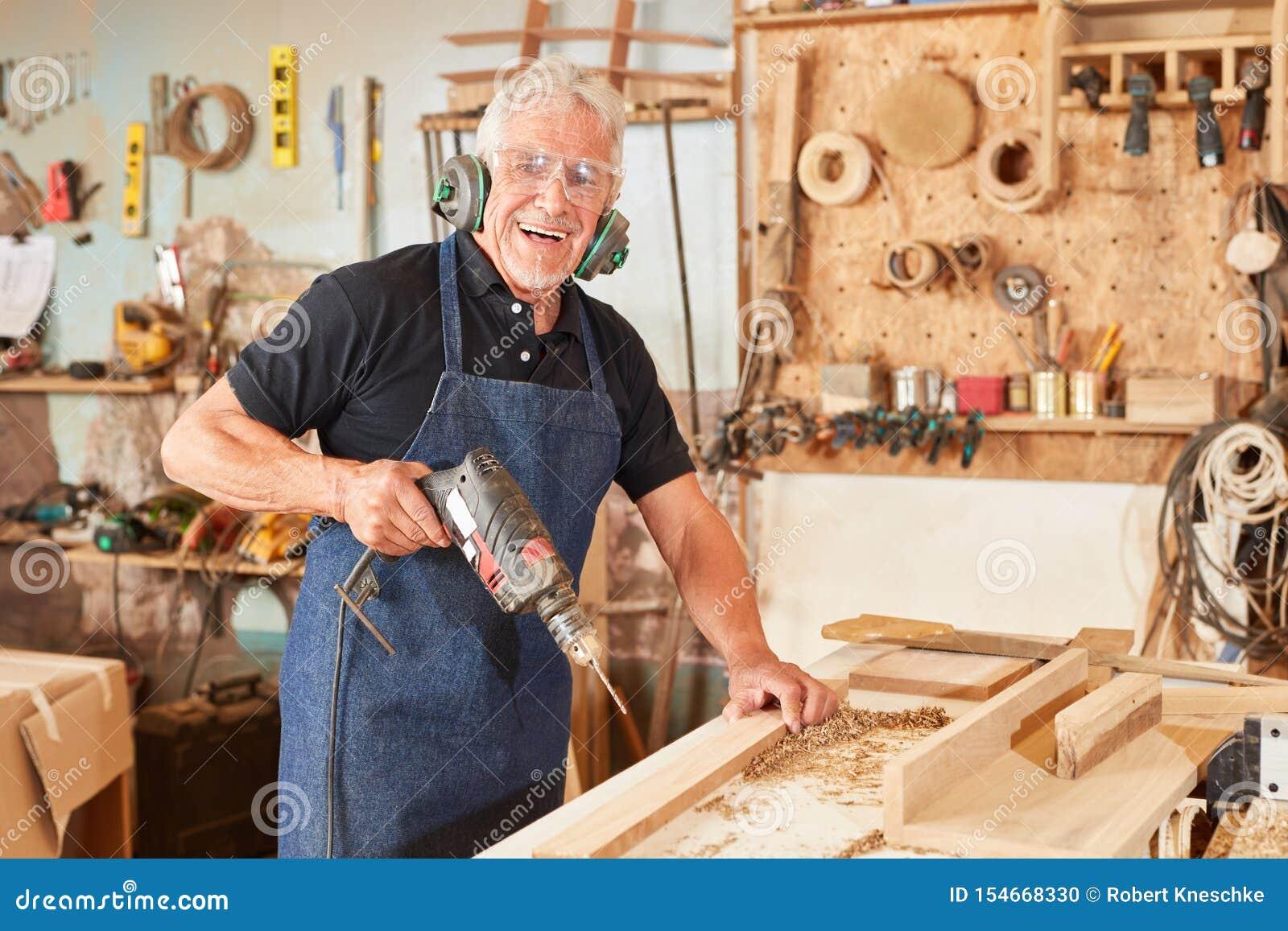Amo del carpintero en artesanía en madera