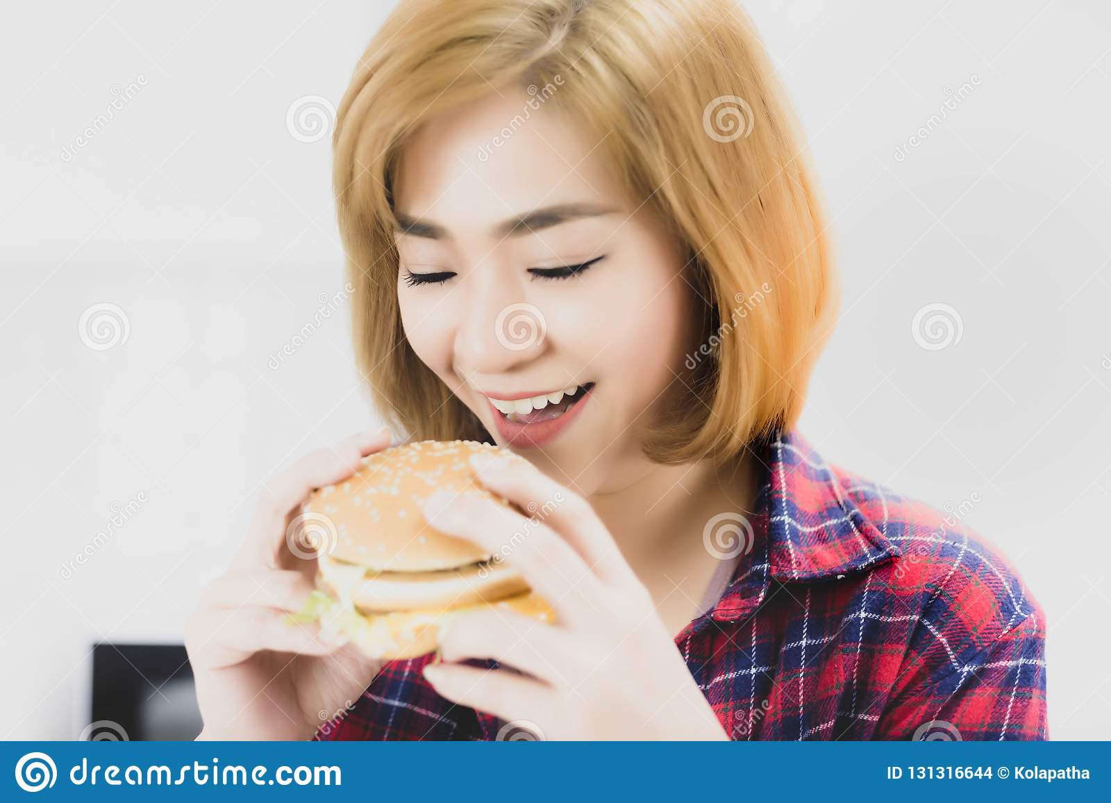 Amor bonito de encantamento da mulher que come o Hamburger O Hamburger tem o tr