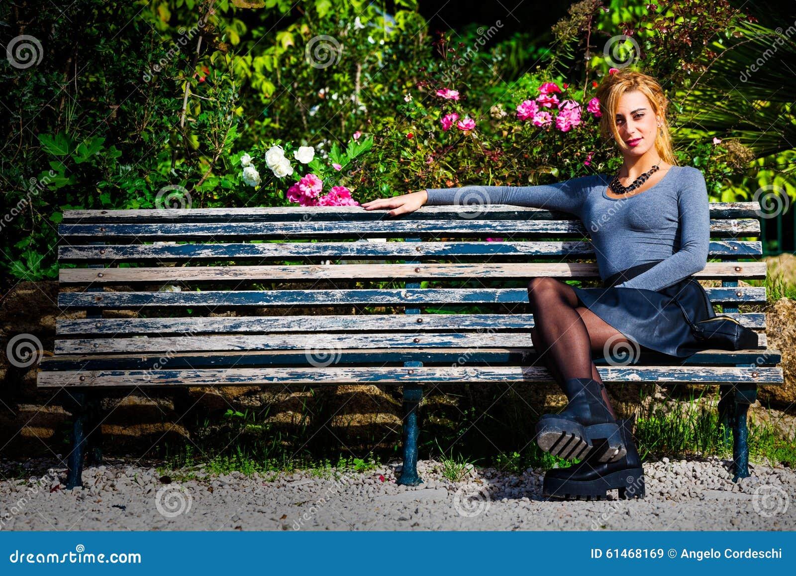 Amor de espera Moça no amor no banco