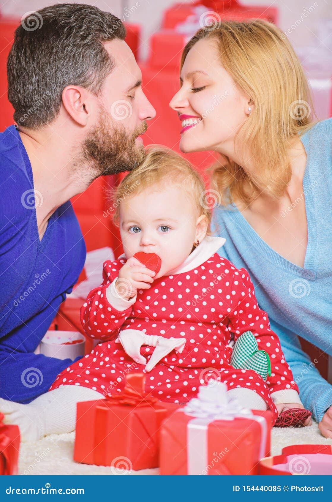 Amor e confian?a na fam?lia Homem e mulher farpados com menina Rosa vermelha Dia para comemorar seu amor Compras