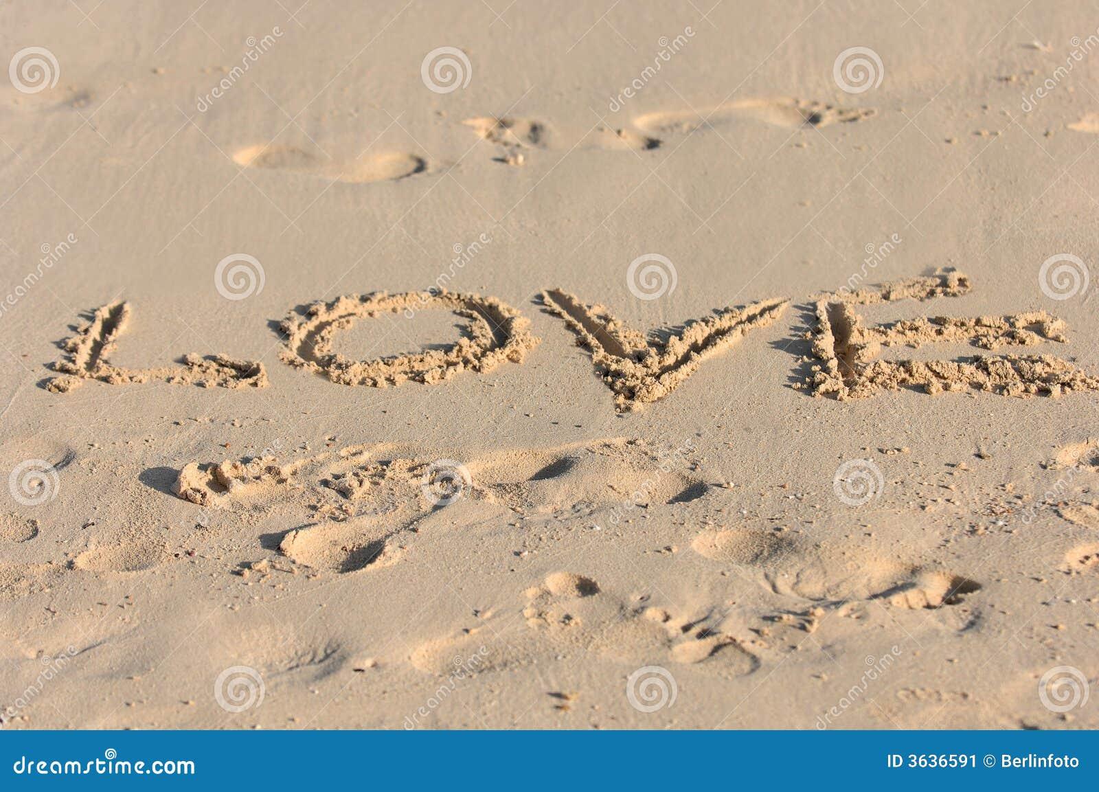 Mensajes De Amor Escritos En La Arena: Amor Escrito En La Playa Asoleada Imagen De Archivo
